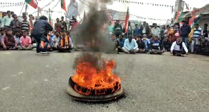 Screenshot 20210126 0019132 কর্মীদের ওপর হামলার প্রতিবাদে টায়ার জ্বালিয়ে বিক্ষোভ বিজেপি কর্মী সমর্থকদের