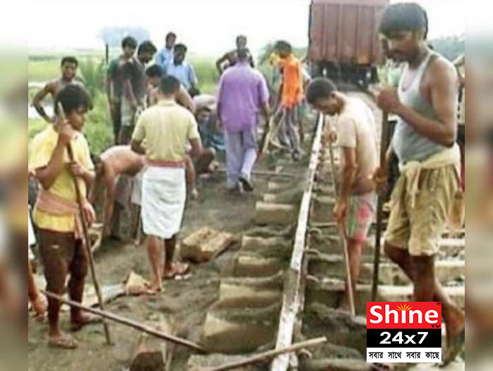 ei samay 1 রেললাইনে ধ্বসের কারনে  বিঘ্নিত হয়েছে শিয়ালদহ বনগাঁ শাখায় ট্রেন চলাচল (Train movement)